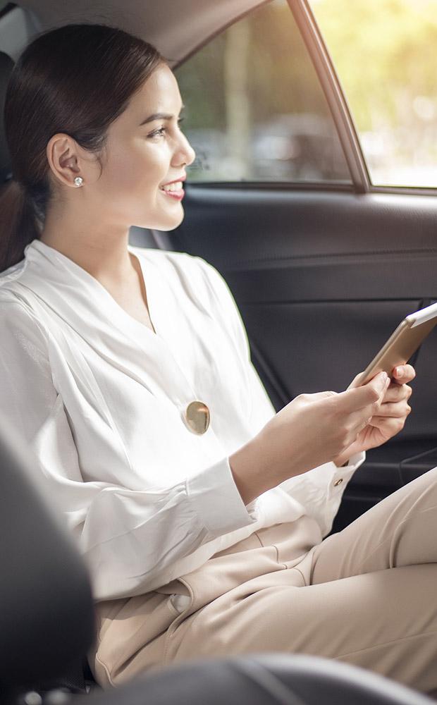 limousine-vancouver-limo-driver-passenger1